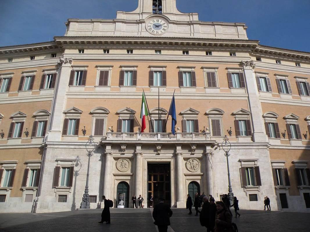 Palazzo montecitorio fa ade by fontana carlo for Roma parlamento